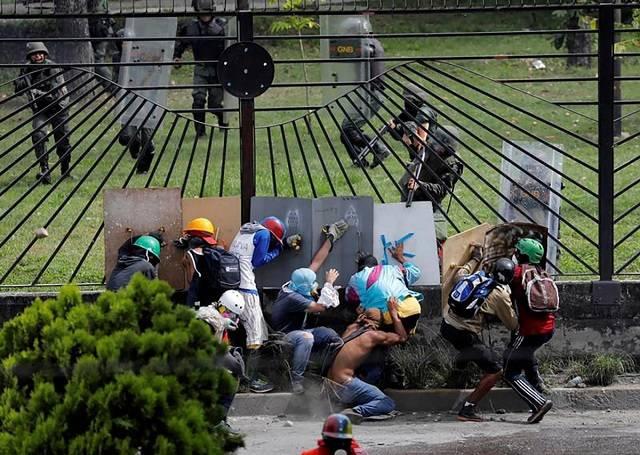 Guardia nacional bolivariana dispara a manifestantes