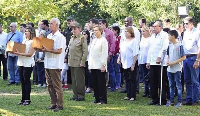 Jose A Fraga Castro con muletas y miembros de la familia Castro