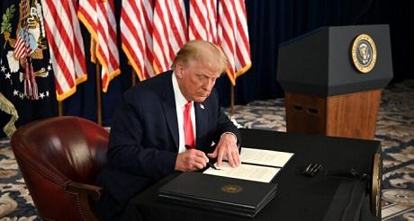 Trump firma orden ejecutiva para extender pago semanal de desempleo