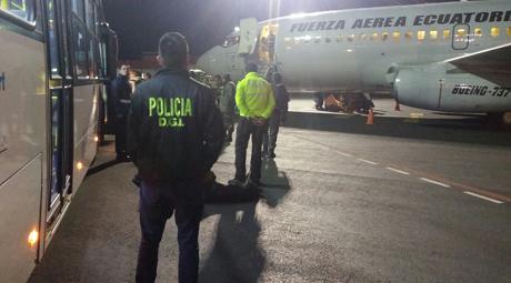 Deportacion del 1er grupo de ciudadanos cubanos FA Ecuatoriana 460x255